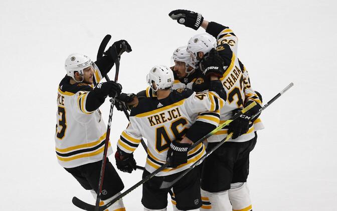 Boston Bruinsi mängijad väravat tähistamas.