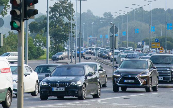 Foto olevate autode registreerimismärgid on korrektsed.