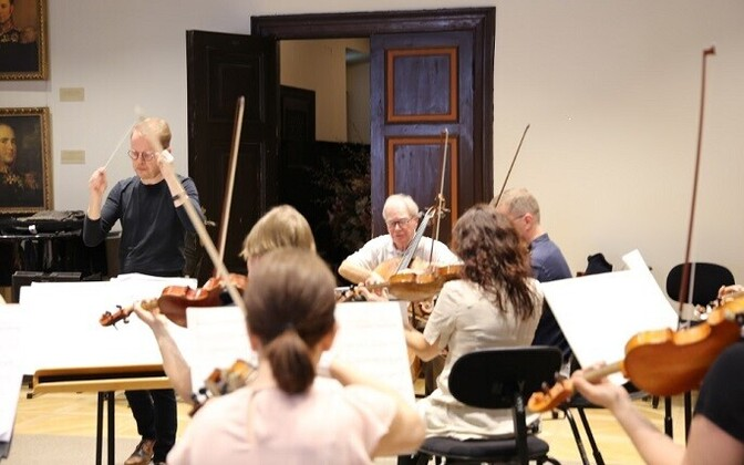 Jaakko Kuusisto, Arto Noras ja Tallinna Kammerorkester proovis.