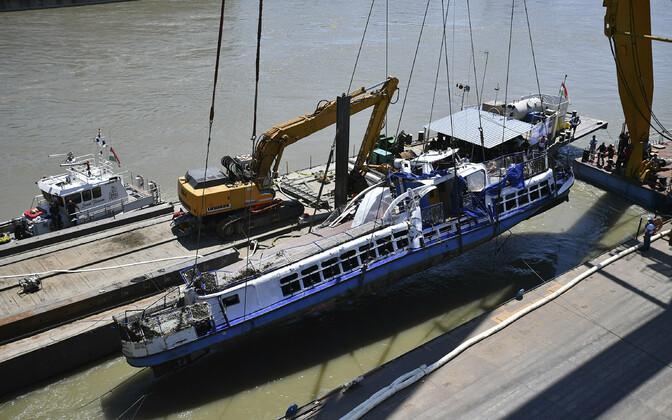 В Будапеште со дна Дуная достали затонувший 29 мая катер.