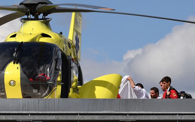 Chris Froome toimetati pärast esimese abi andmist helikopteriga suuremasse haiglasse