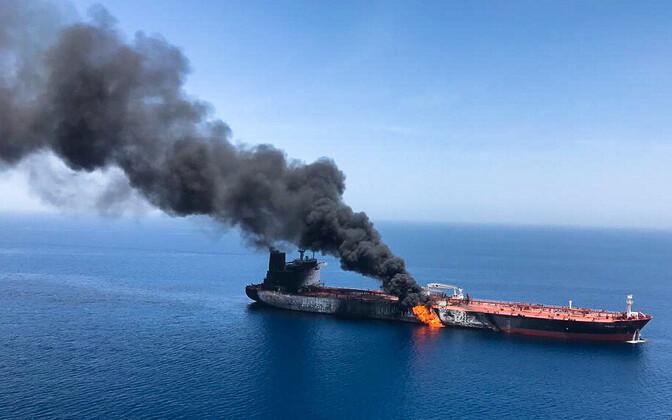 Rünnaku järel süttinud naftatanker.