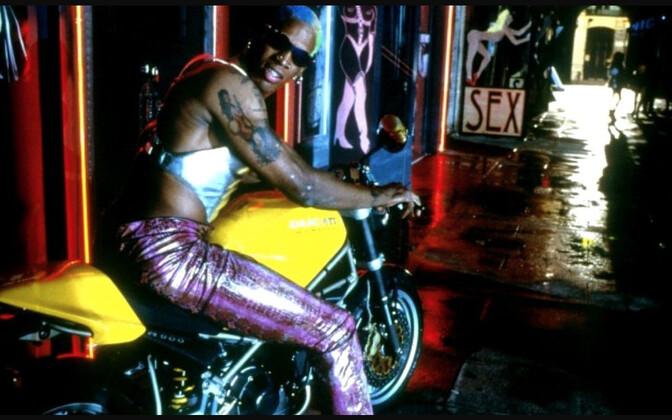 """Dennis Rodman on üks NBA ajaloo värvikaimatest karakteritest. Ta on iseendaga abiellunud ja mänginud märulifilmis koos Jean-Claude Van Damme'iga ning Põhja-Korea juht Kim Jong-un on tema hea sõber. Kaader filmist """"Double Team""""."""