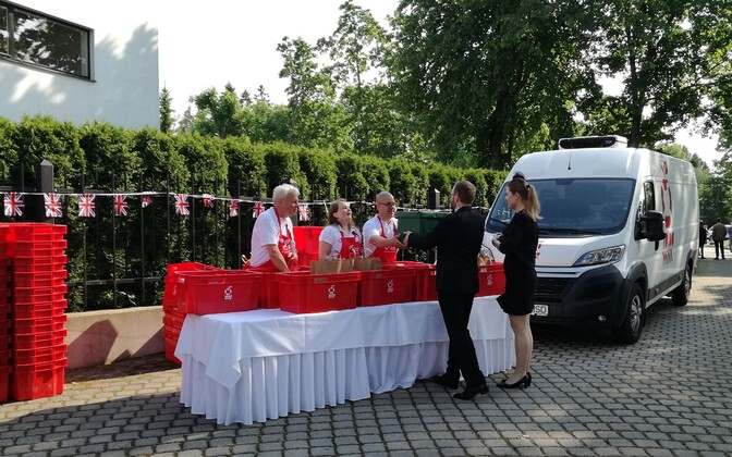 Piet Boerefijn (left) and Toidupank volunteers collecting guests' food donations at Thursday's British Embassy reception.