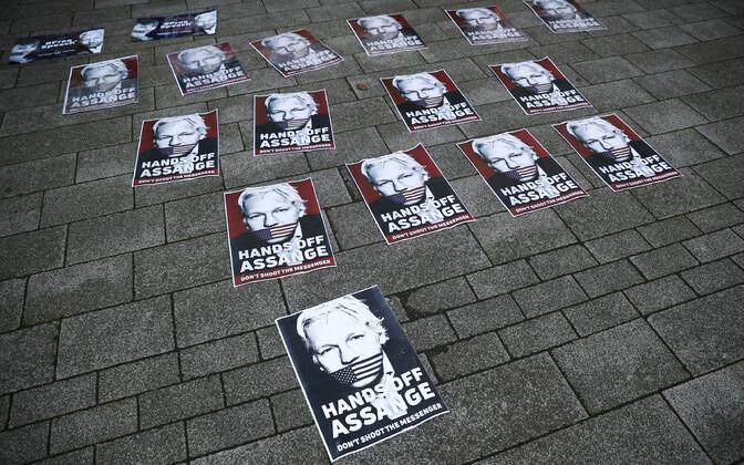Julian Assange'i toetavad plakatid Londonis Westminsteri kohtu juures.