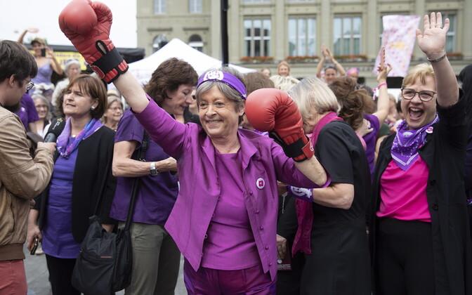 В Швейцарии протестуют женщины.