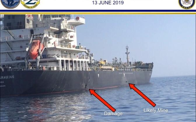 USA relvajõudude avaldatud foto Omaani lahel liikunud laevast M/V Kokuka Courageous, mille kerel on kahe plahvatuse jäljed.