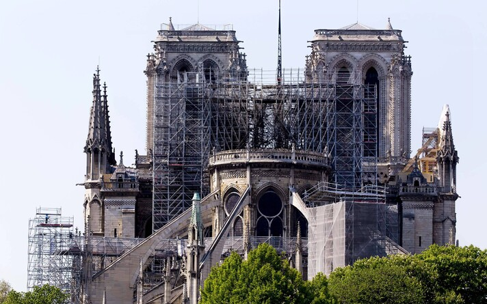 Собор парижской богоматери был построен в XII-XIV веках.