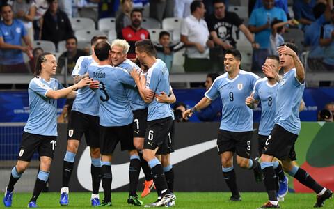 Uruguay koondislased väravat tähistamas.