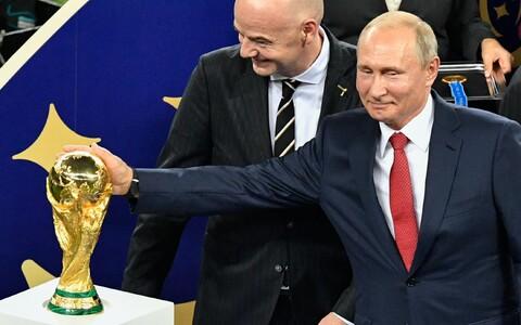 Venemaa president Vladimir Putin paitamas Moskvas peetud jalgpalli MMi finaali järel Jules Rimet' nimelist karikat. Kuidas poseerivad spordimaailma hinnatuima trofeega kolme aasta pärast Katari šeigid?