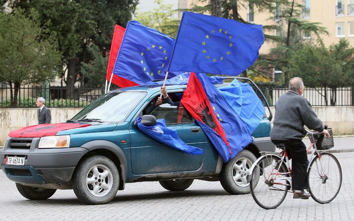 Флаги Албании и Европейского союза.