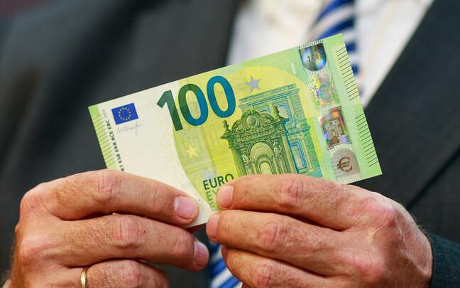 Последние полтора года депутаты получали по 100 евро.