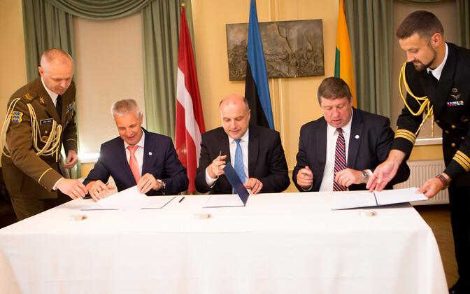 Balti kaitseministrid ühiskommünikeed allkirjastamas.