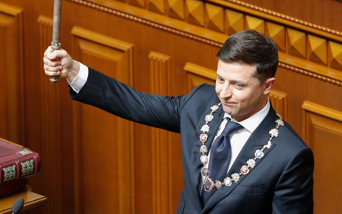 Во время инаугурационной речи президент Украины Владимир Зеленский объявил о роспуске парламента.