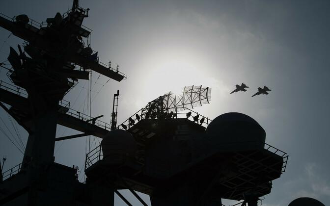 USA sõjalennukid ja lennukikandja USS Abraham Lincoln Araabia merel.