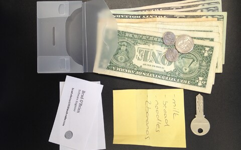 Läbipaistvates rahakottides leidus lisaks rahale ka ostunimekiri, võti ja visiitkaart.