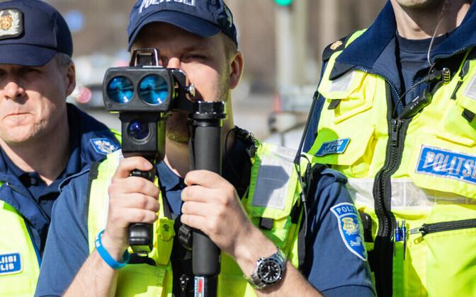 Politsei mõõdab kiirust.