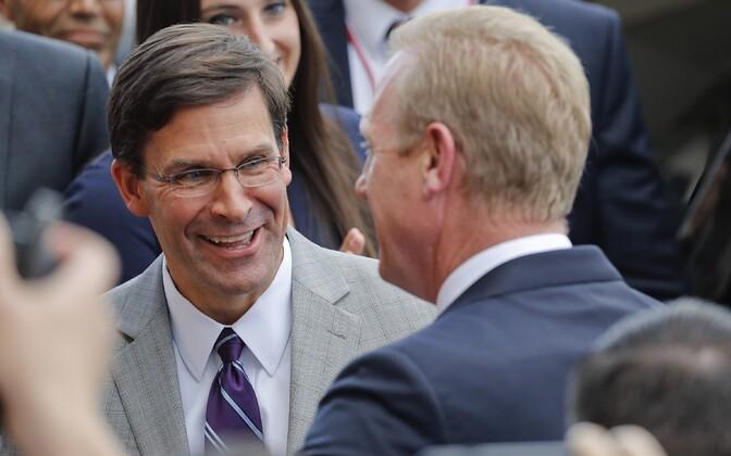 USA kaitseministriks määratud Mark Esper ja seljaga sellest ametist loobunud Patrick Shanahan.