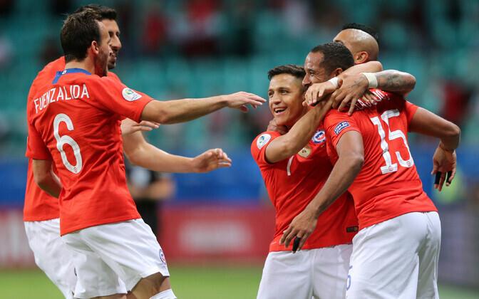 Alexis Sanchez kaaslastega väravat tähistamas.