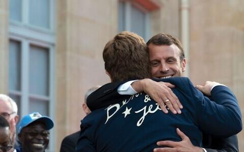 Prantsusmaa president andis Elton Johnile kõrgeima aumärgi.