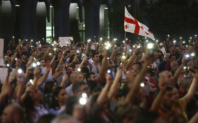 Protestijad Gruusia parlamendi ees.