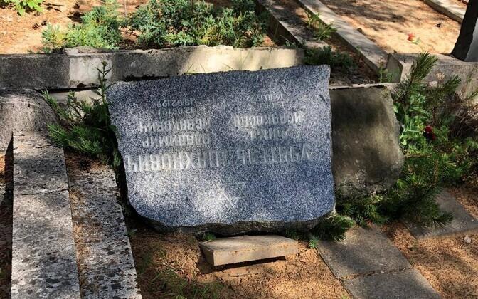 Vandalized grave in Tallinn's Jewish cemetery.