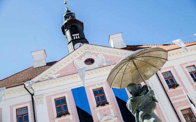 Tartu Town Hall and the Kissing Students statue on Raekoja Plats.