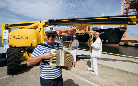 Cargo, plus accordion player and other musicians, at Muuga port.