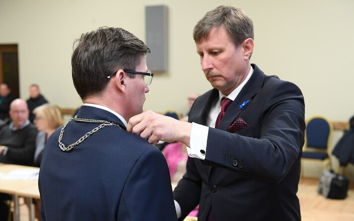 Старейшина Йыхви Макс Каур и председатель волостного собрания Эдуард Эаст (справа).