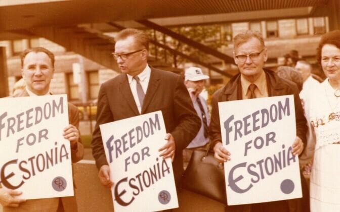 Vabadusnõude manifestatsioon Toronto raekoja platsil 1972. aasta ülemaailmsetel Eesti päevadel.