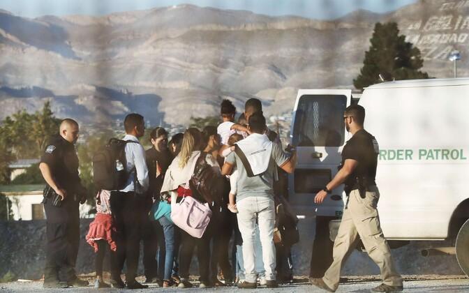 USA piiril El Pasos võimude poolt kinni peetud illegaalsed immigrandid.