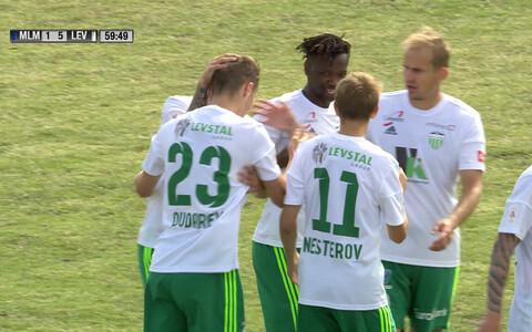 FCI Levadia mängijad väravat tähistamas