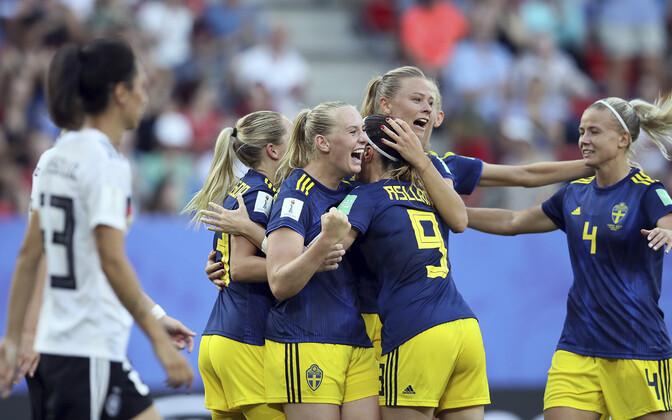 Rootsi mängijad väravat tähistamas