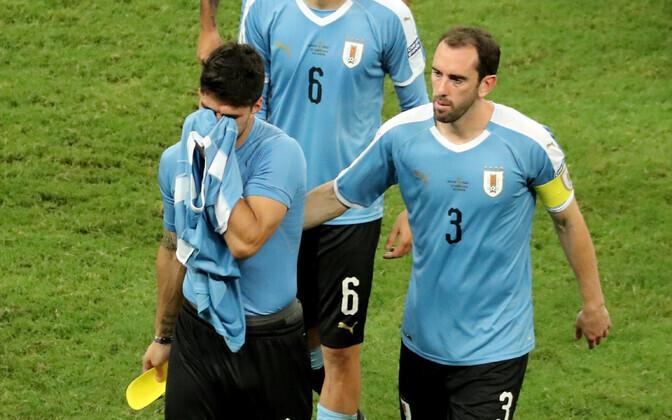 Kaaslased lohutamas pettunud Luis Suarezt.