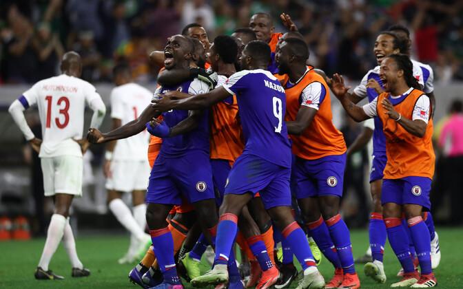 Haiti jalgpallikoondislased võitu tähistamas.