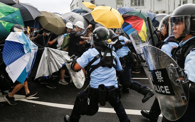 Meeleavaldajate ja märulipolitsei vastasseis Hongkongis.