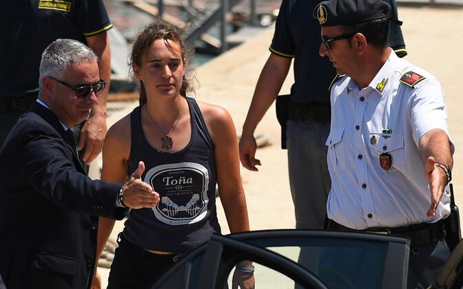 Kapten Carola Rackete ja Itaalia võimuesindajad sadamas.