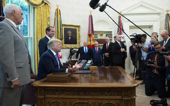 Pressident Trump Valges Majas ajakirjanikega rääkimas.