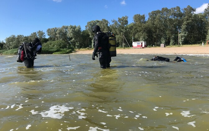 Водолазы очистили дно озера Харку
