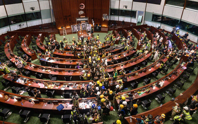 Meeleavaldajad Hongkongi parlamendihoones.