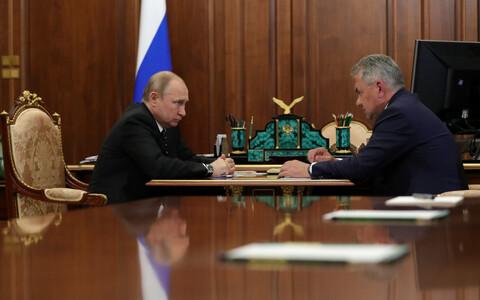 Путин поручил министру обороны представить погибших подводников к госнаградам.