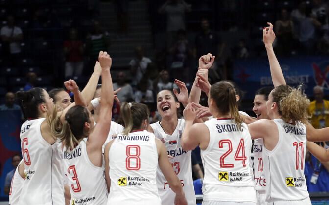 Serbia korvpallinaiskond võidutsemas veerandfinaalmängus kodusel EM-il.