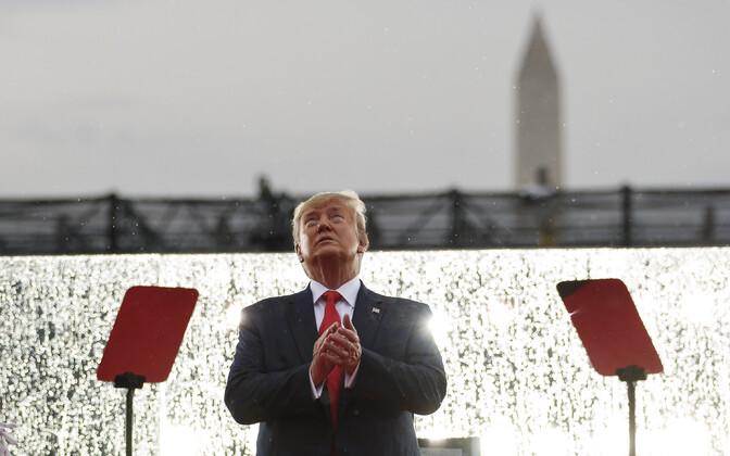 Dovald Trump 4. juuli tähistamisel Lincolni memoriaali ees.
