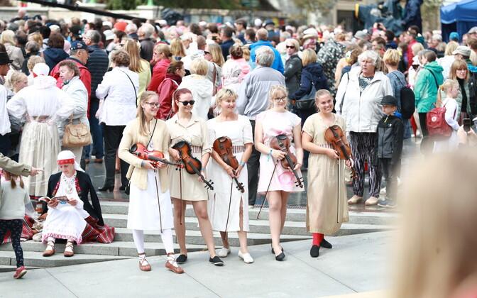 Концерт народной музыки на площади Вабадузе.