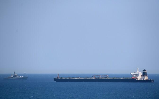 Briti kuningliku mereväe laev (vasakul) Iraani supertankeri Grace 1 juures.