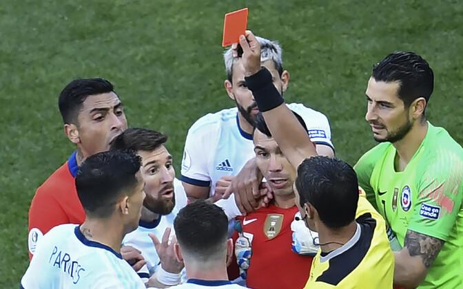 Lionel Messi ja Gary Medel teenisid mõlemad punase kaardi.