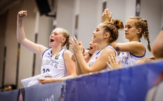 Eesti neidude U-18 korvpallikoondislased rõõmustamas.