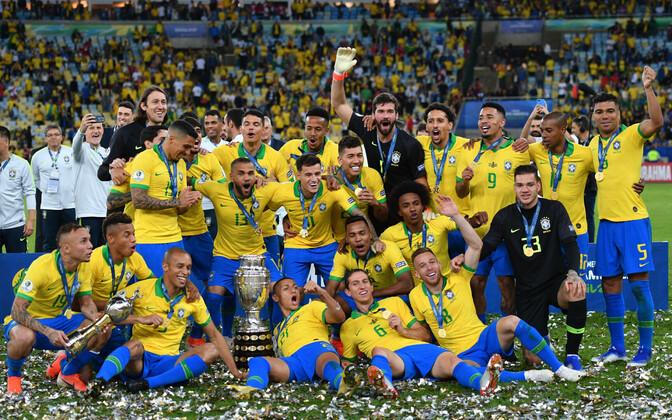 Brasiilia jalgpallikoondis Copa America võidutrofeega