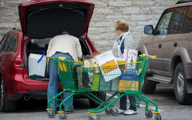 Soome turistid Tallinnas alkoholi ostmas.