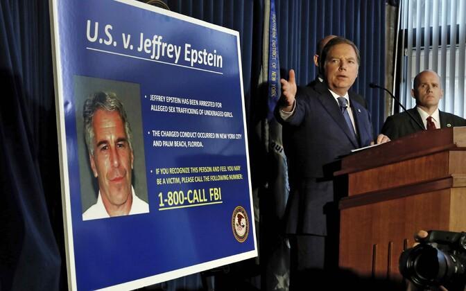 New Yorgi prokurör Geoffrey Berman Epsteini süüdistust ajakirjanikele esitlemas.